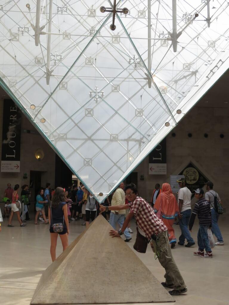 ルーブル美術館 ガラスのピラミッド 下側 パリ フランス