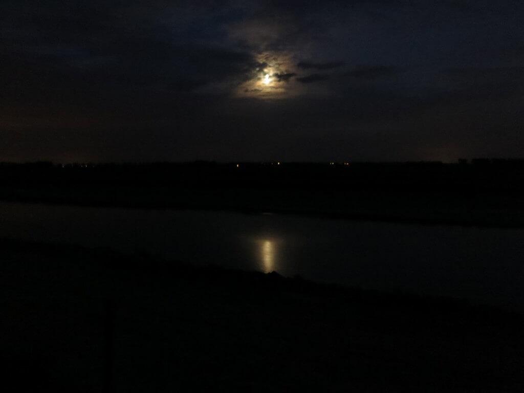 月明かりの浮かぶモンサンミッシェルの水辺