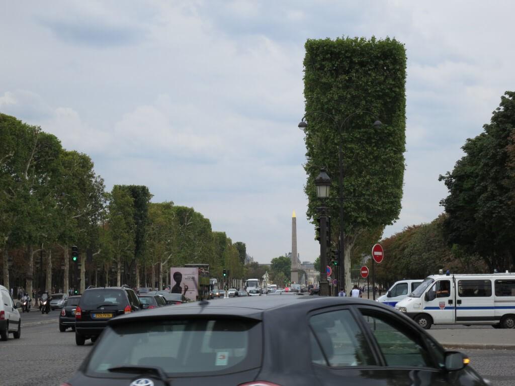 パリの観光地 おしゃれの象徴!「シャンゼリゼ通り」