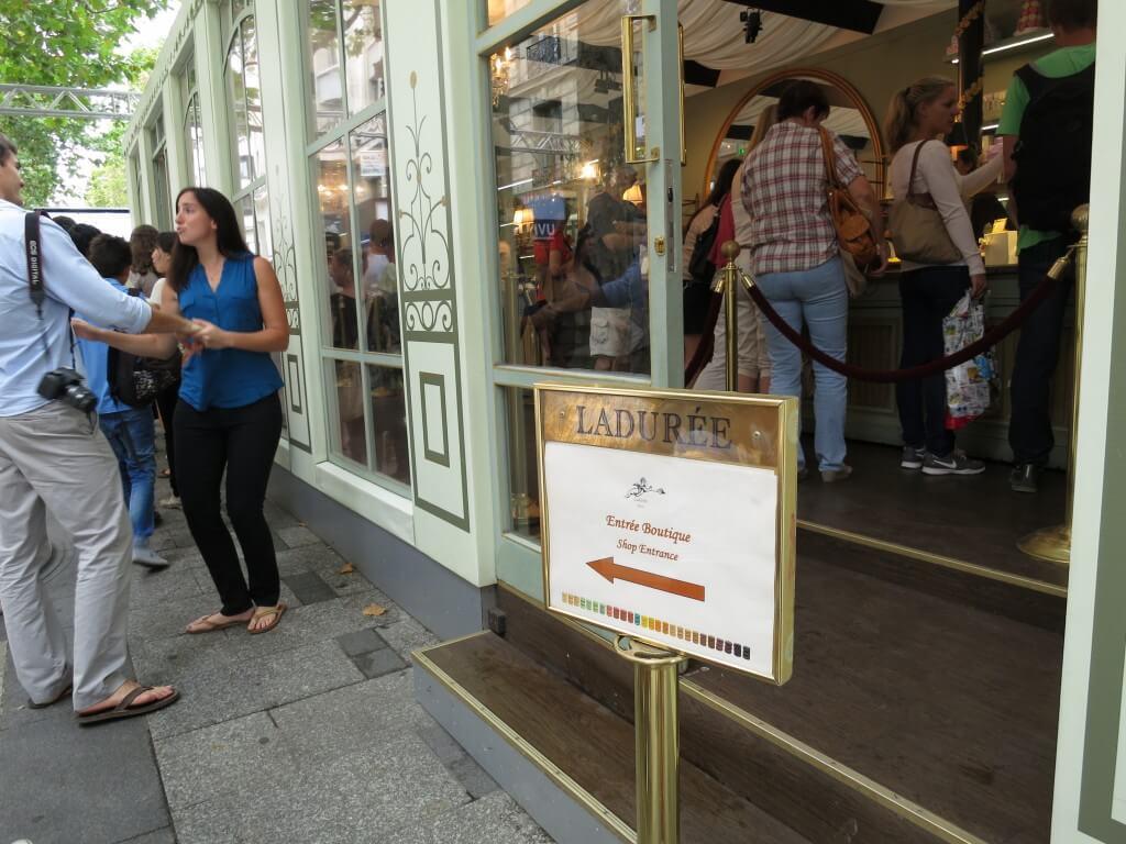 マカロンの有名店「ラデュレ」 パリ シャンゼリゼ通り フランス
