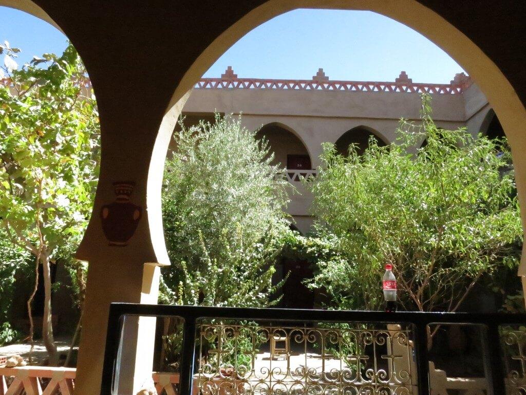 今日のコーラ メルズーガのHotel Oasisの中庭で芸術的に