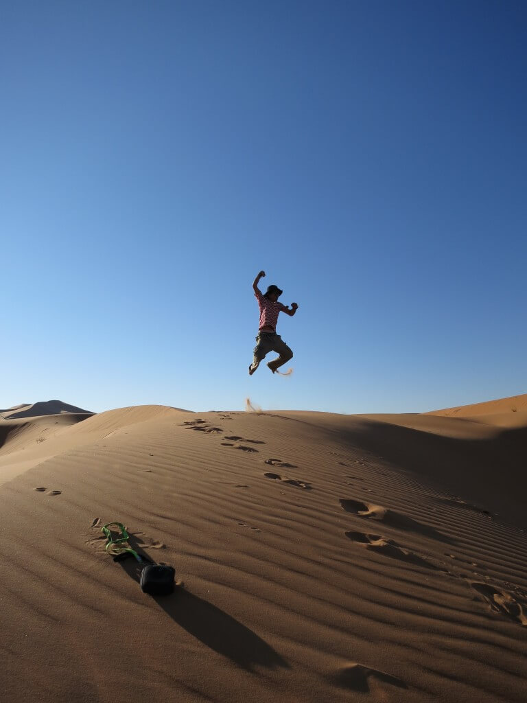 サハラ砂漠 ジャンプ写真 モロッコ メルズーガ