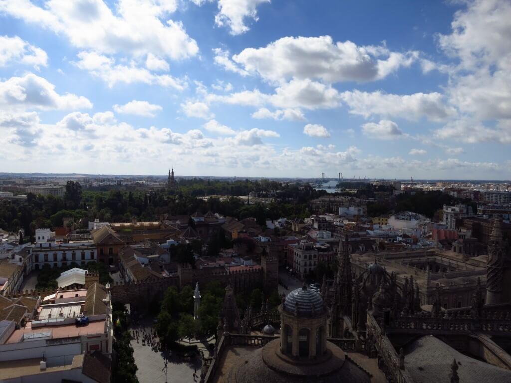 セビリアのカテドラル セビリア大聖堂からみた「セビリアの町並み」 白と青のコントラスト