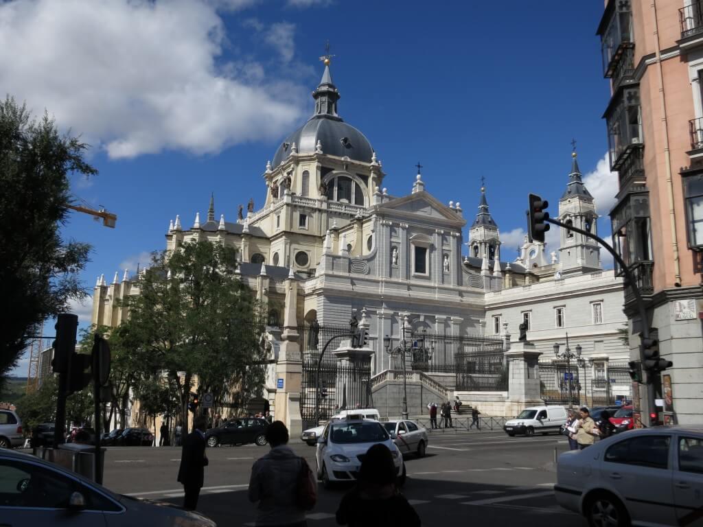 マドリード観光!サンタ・マリア・ラ・レアル・デ・ラ・アルムデナ大聖堂 スペイン