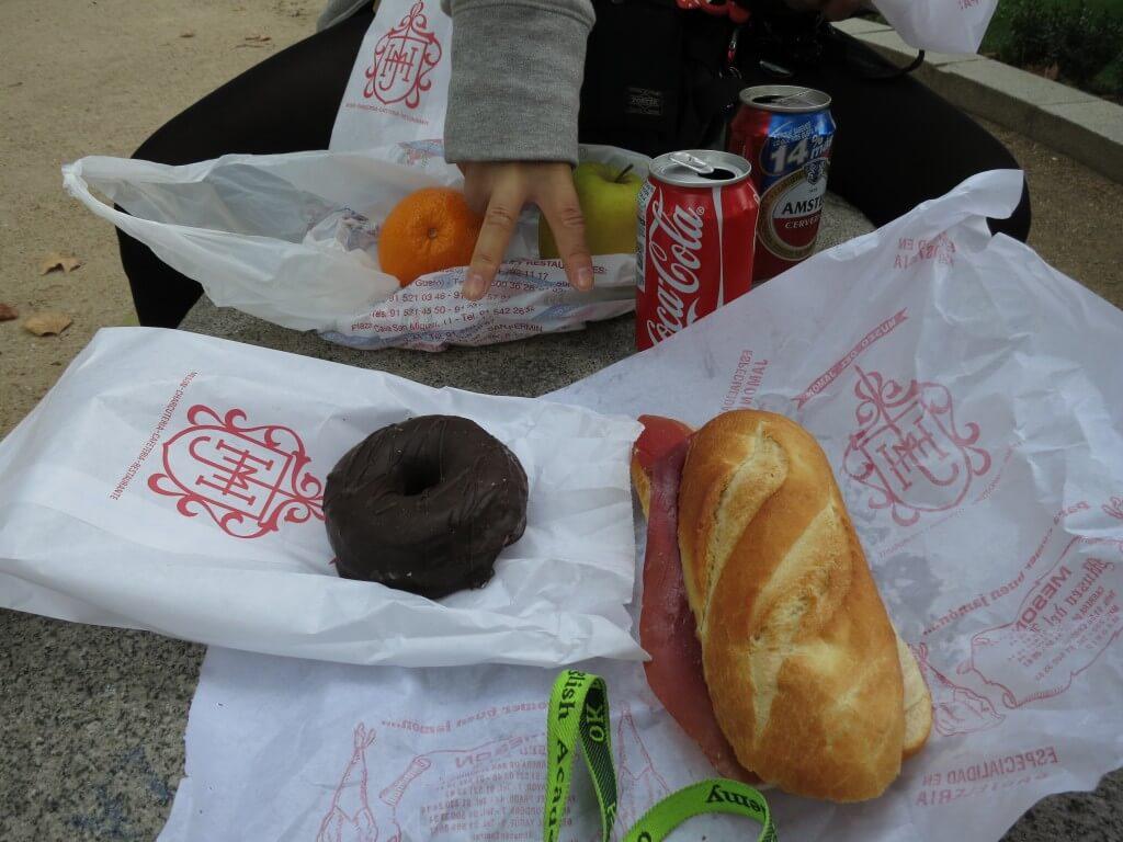 今日のコーラ 生ハムサンドイッチとドーナッツ