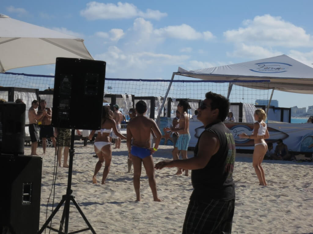 今日の美女 カンクンで見たビーチバレー美女