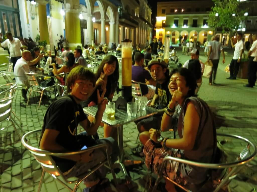 キューバのハバナのビアホール「タベルナ・デ・ラ・ムラーヤ」でタワービールに音楽にサルサ!