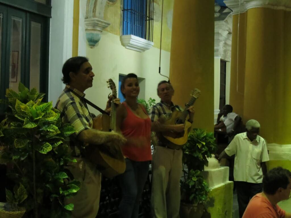 キューバといったら陽気にタワービールで音楽にサルサ♪