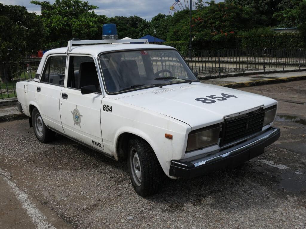 キューバ 警察車両