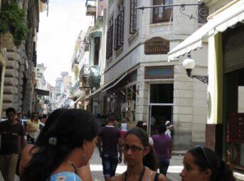今日の美女 ハバナの旧市街のキューバのかわいい女の子