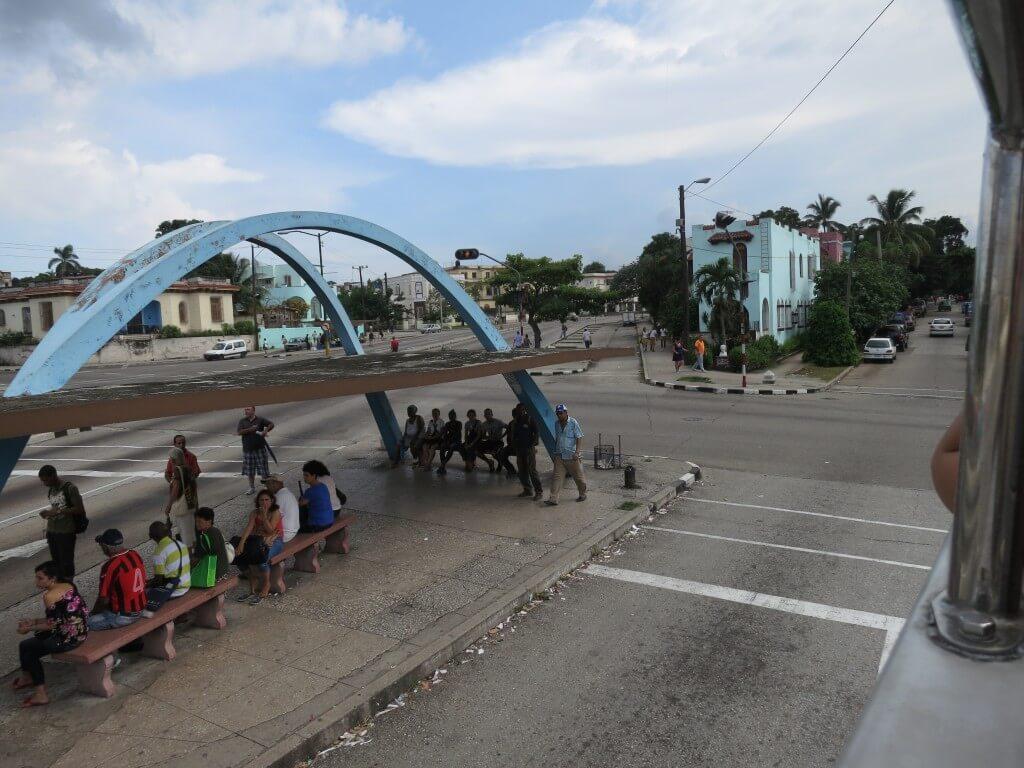 ハバナの街外れに行く観光バス「T1」