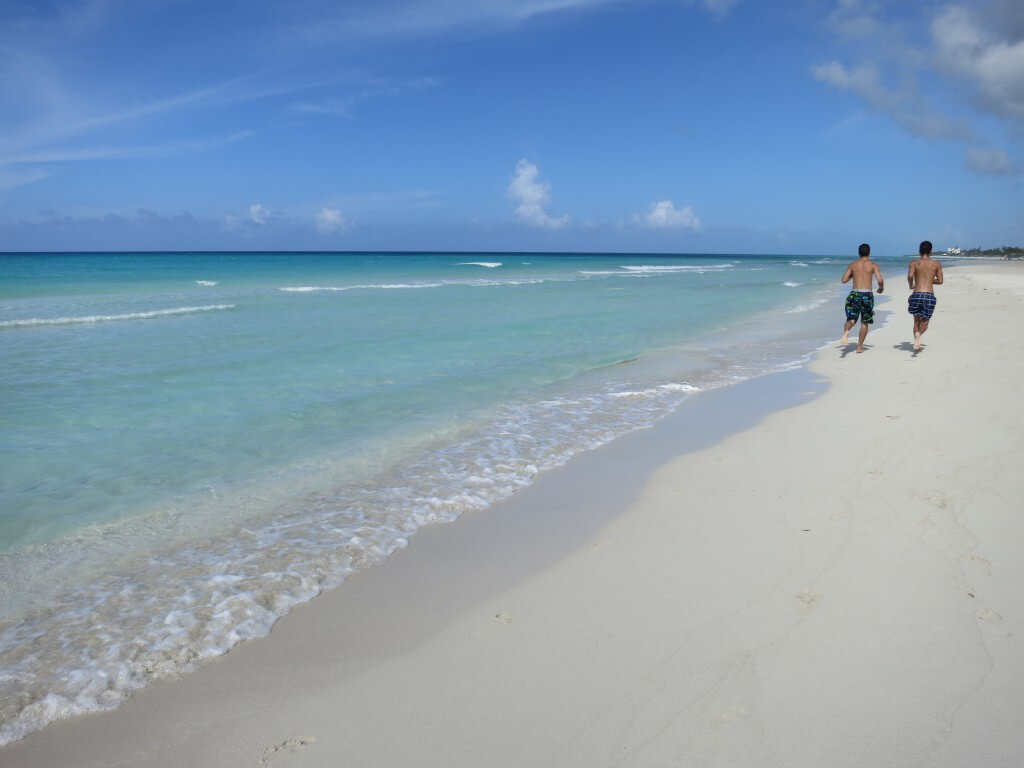 プールサイドを抜ければ、そこはコバルトブルーの海に白い砂浜のカリブ海!