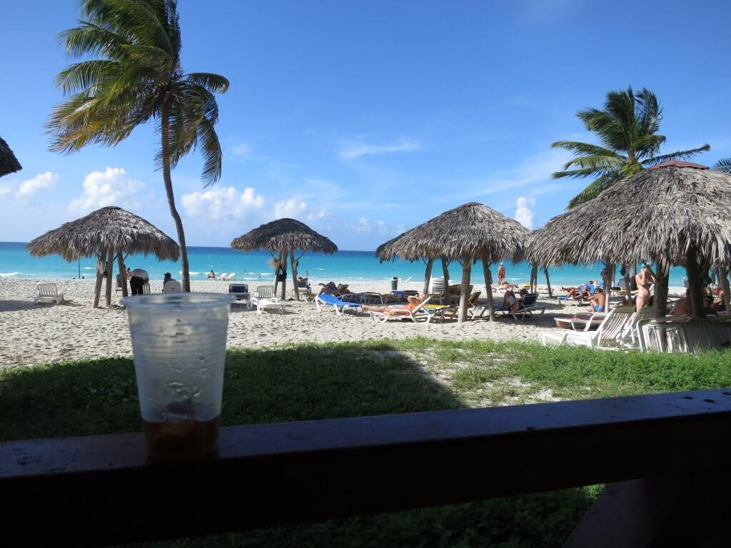 今日のコーラ 青いカリブ海、白い砂浜と
