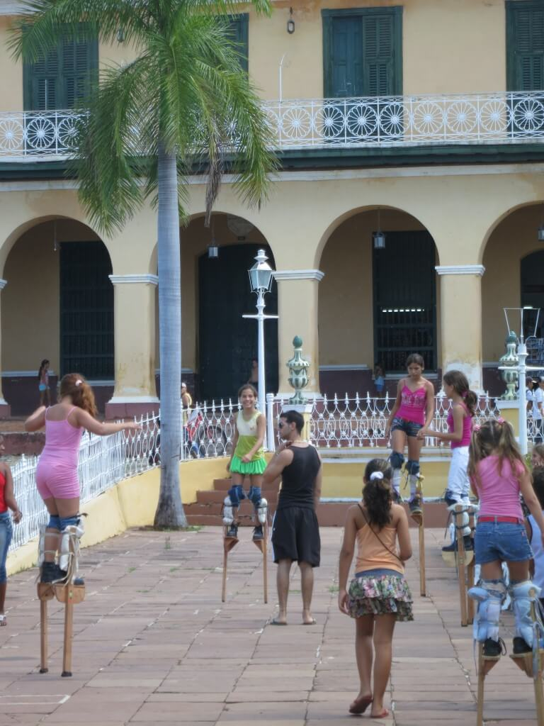 サンティシマ広場 トリニダ 竹馬 子供 キューバ