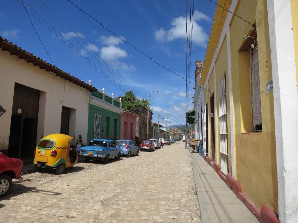 トリニダの街は石畳の道路がきれいに整備されていないので観光しててもサンダルは大変!