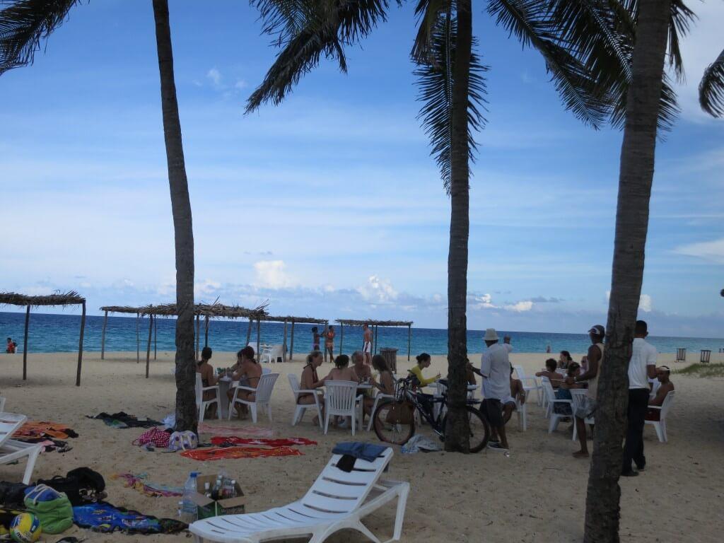 ハバナのサンタ・マリア ビーチ そこは・・・地元民でかなり賑わっているぞ!