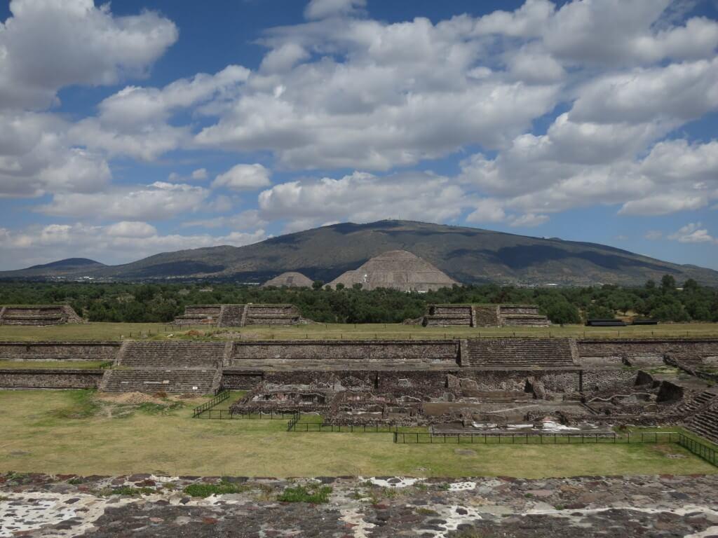 太陽のピラミッド 遠い テオティワカン遺跡