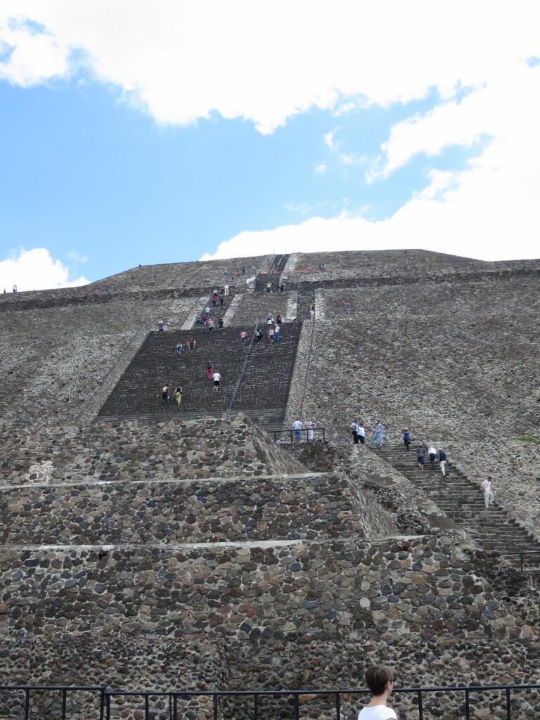 テオティワカン遺跡広すぎ!ようやく着いた「太陽のピラミッド」は・・・でかすぎ!!