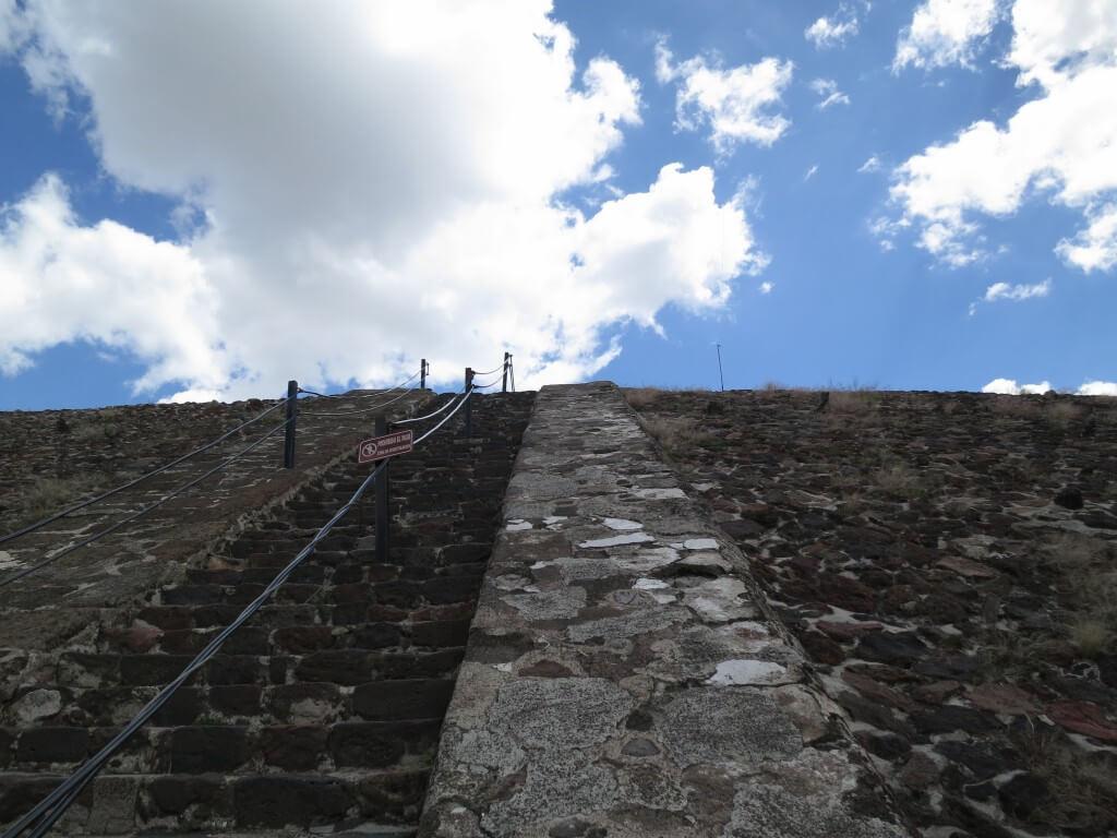 太陽のピラミッド 急な階段 テオティワカン遺跡 メキシコ
