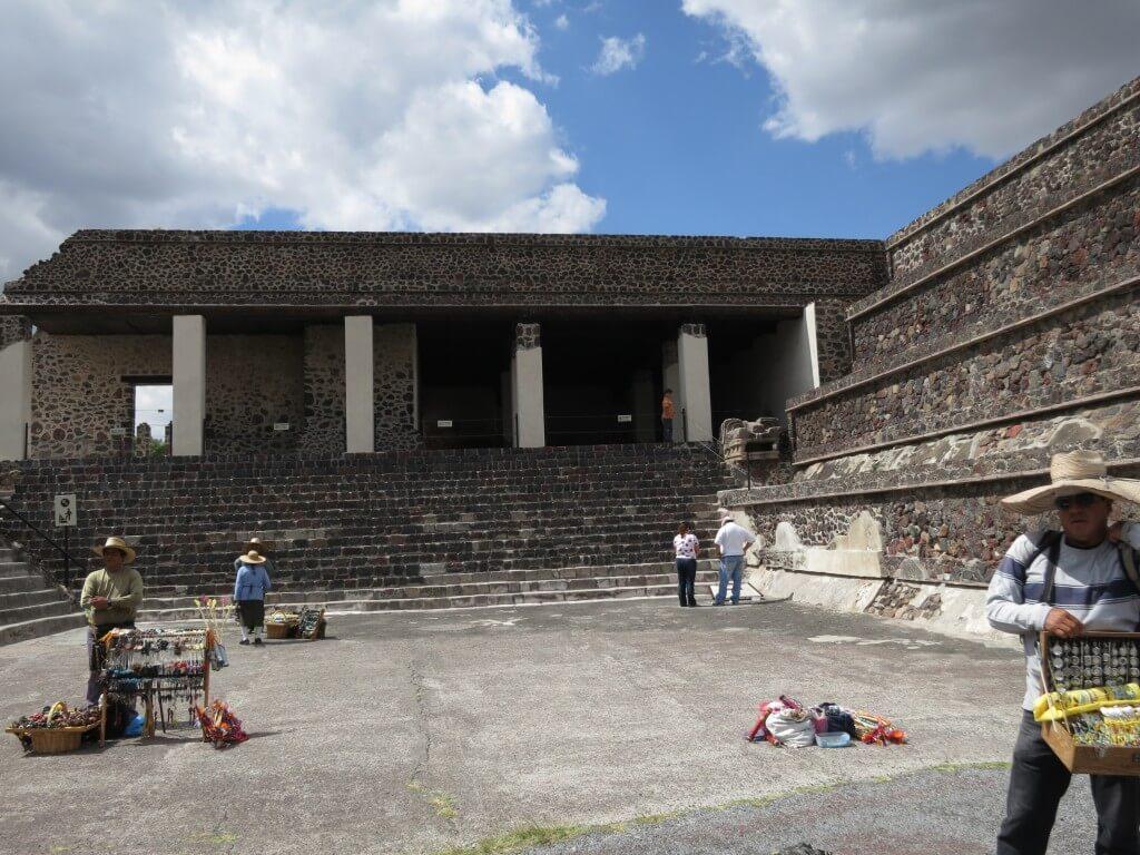 テオティワカン遺跡の「ケツァルパパロトルの宮殿」へ♪