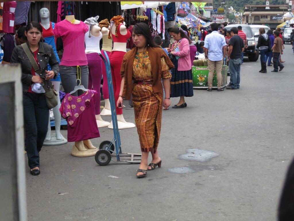 グアテマラの各地域による色とりどりの民族衣装(ウィピル)