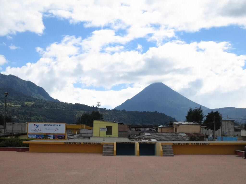 バスターミナル近くからは遠くに「サンタ・マリア山」が見えるぞ!