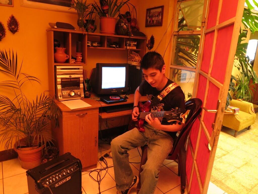 次男とも音楽でなじみ、屋上で筋トレ&学校でスペイン語勉強とシェラで充実した毎日です!