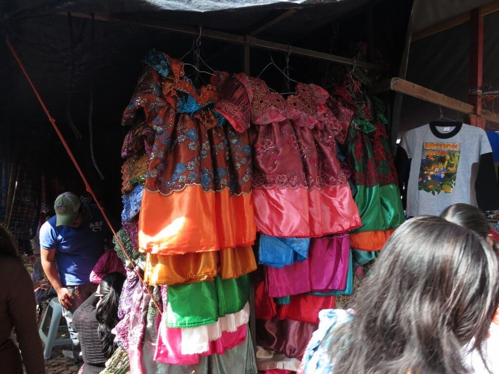 サン・フランシスコ村のメルカド(市場)で民族衣装(ウィピル)の生地