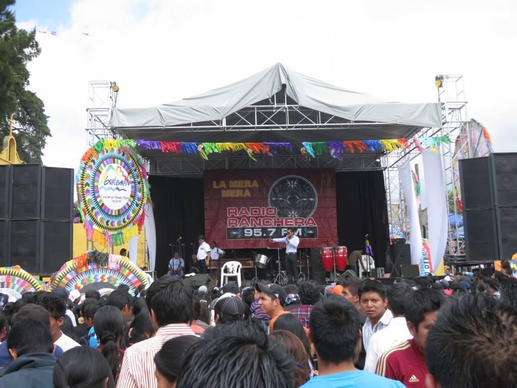 グアテマラのサカテペケスの死者の日イベント「凧あげ祭り」会場には凧がデカすぎる!!