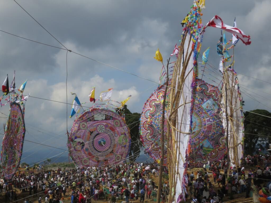 これがサカテペケスの凧揚げ祭りの凧だ!!って何コレ!?凧なん??