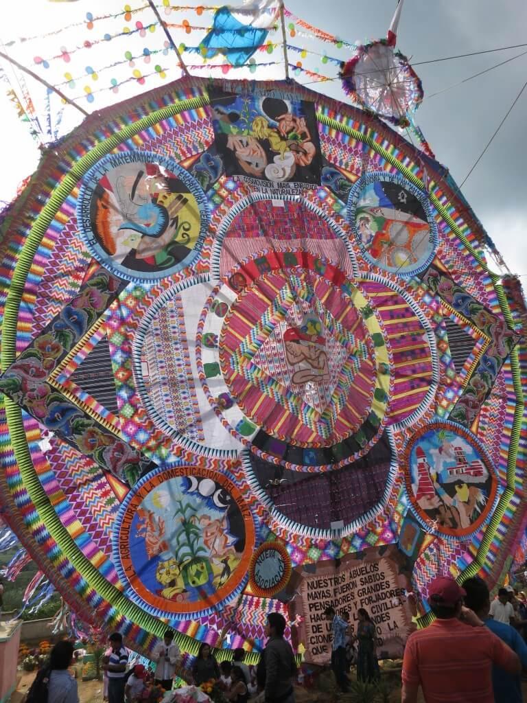 サカテペケス 死者の日 祭り 凧揚げ 巨大凧
