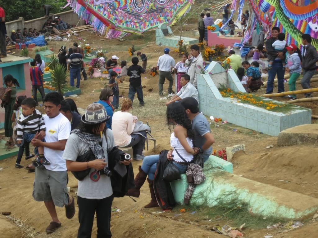 お墓 椅子 サカテペケス 死者の日 祭り 凧揚げ 巨大凧