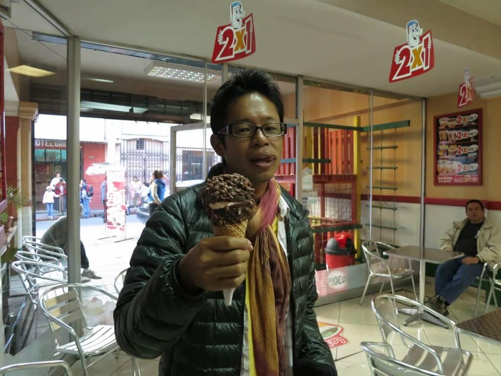 グアテマラのシェラでアイスを食べてたら人だかりが!これがグアテマラ美人だ!