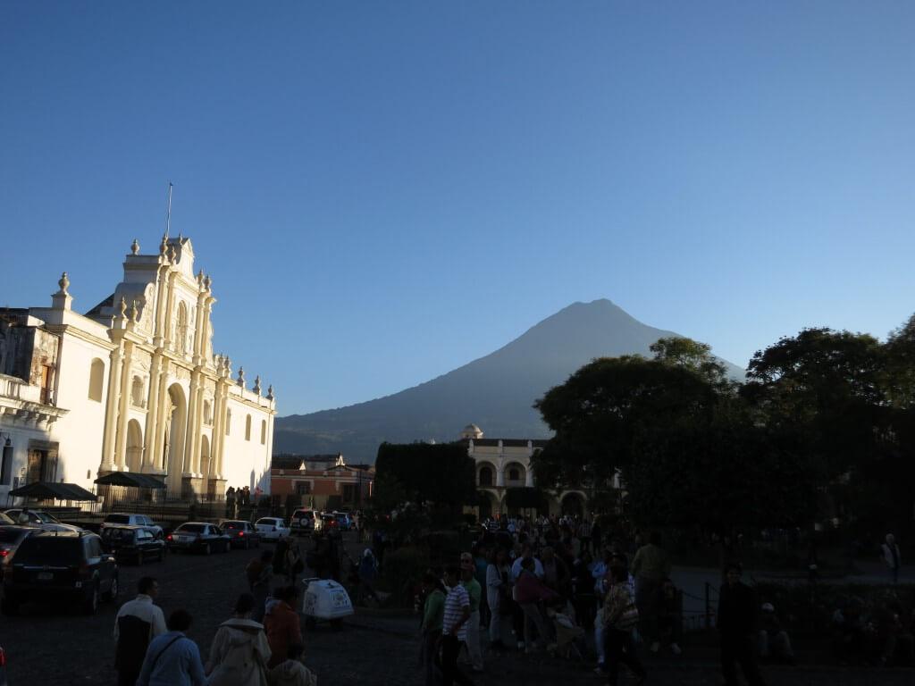 アンティグアは3つの火山に囲まれた街である!