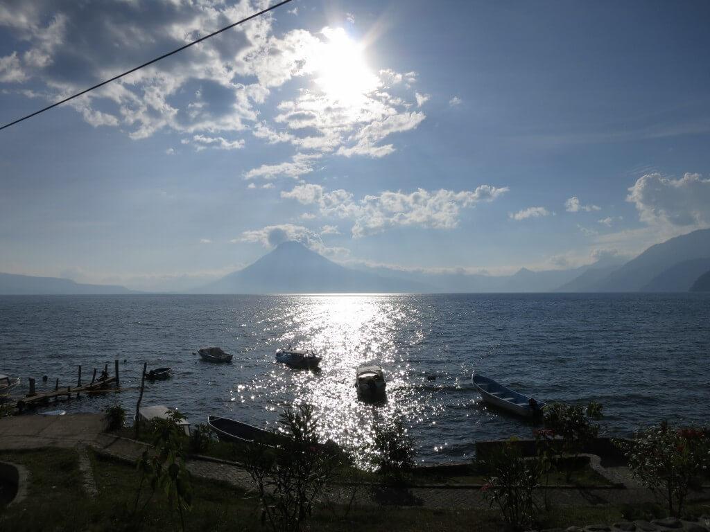 アティトラン湖は3000m級の山々に囲まれた美しい湖ですよ♪