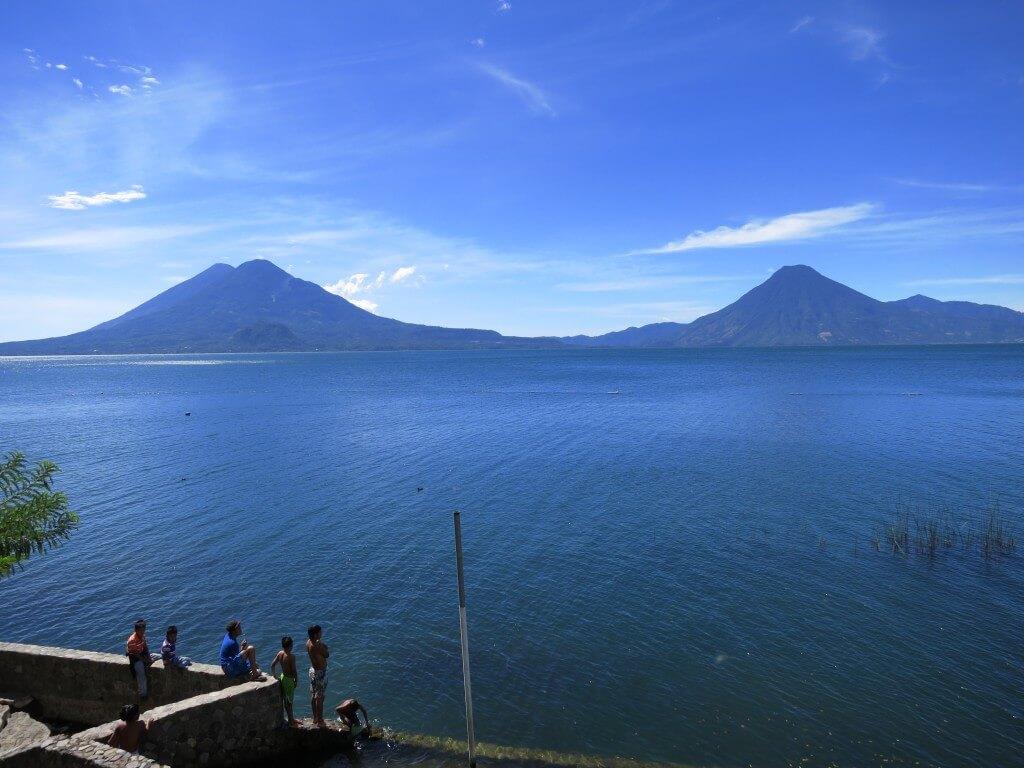 アティトラン湖 サンペドロ火山、トリマン火山、アティトラン火山