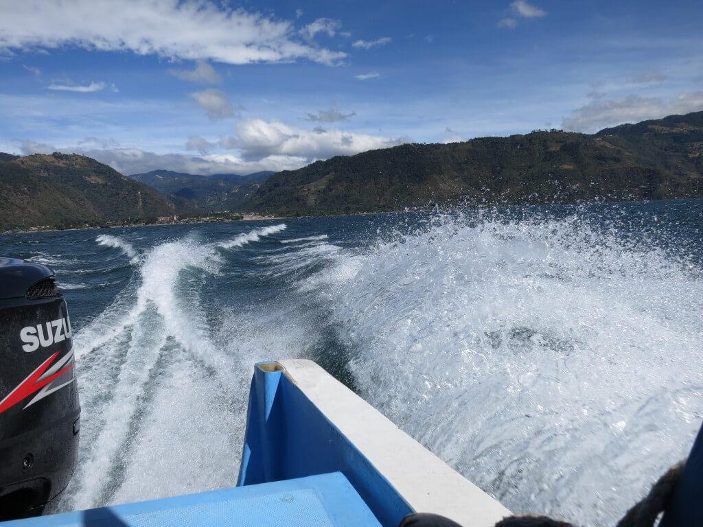 サンティアゴ・アティトラン村 スピードボート 跳ねまくる グアテマラ