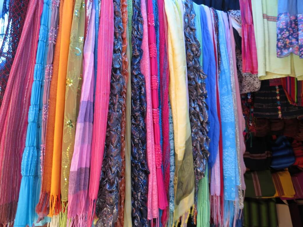 サンティアゴ・アティトラン村の民族衣装(ウィピル)は?ウィピルが色とりどり!