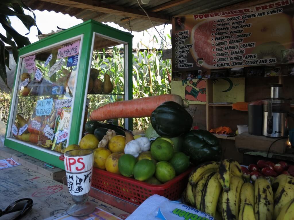 サン・ペドロ・ラ・ラグーナの「カサ エレーナ」の前にあるフルーツジュース屋でビタミン補給!