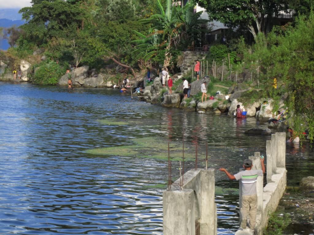 湖で洗濯のサン・ペドロ・ラ・ラグーナ のんびりしたい方はおすすめです
