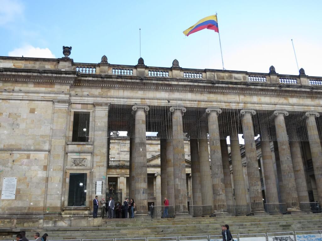 ボゴタ旧市街の広場にある「国会議事堂」、「カテドラル」