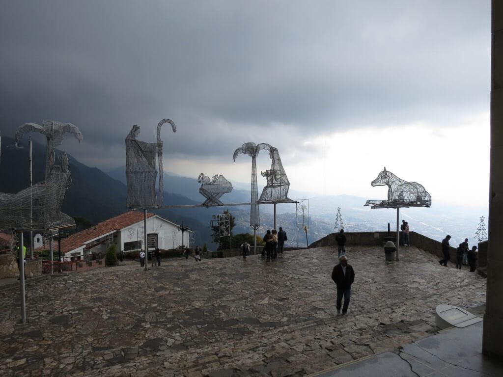 モンセラーテの丘は厚着で!お土産も教会も、天気がよければ5,000M級の山が見れるぞ!