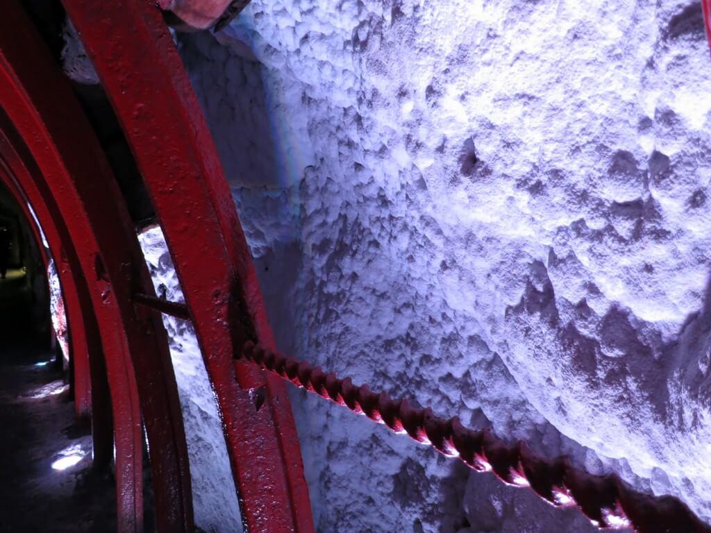 シパキラの岩塩教会内部はカラフルにライトアップされている!?ほんとに塩なのか舐めた!?