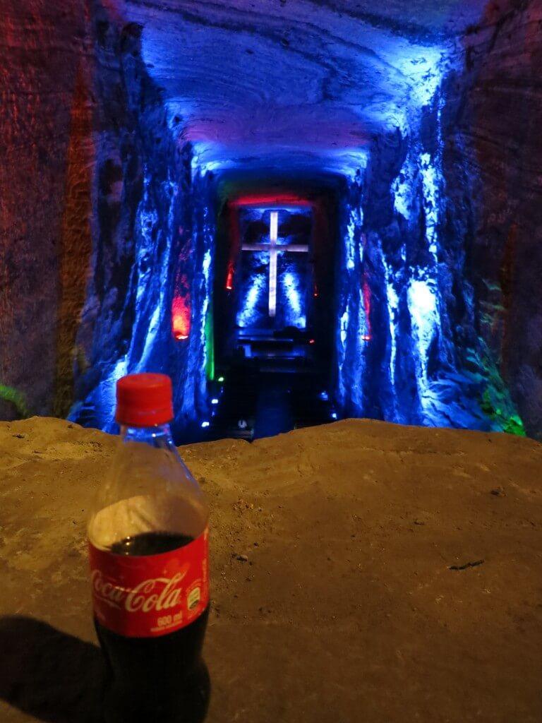 今日のコーラ シキパラの岩塩教会の世界一大きい地下の十字架と