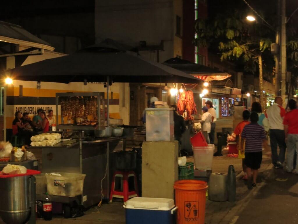 メデジンの安宿「Hostel Medellin(ホステル メデジン)」の周りにはレストラン、銀行、ディスコティカなどいっぱい!