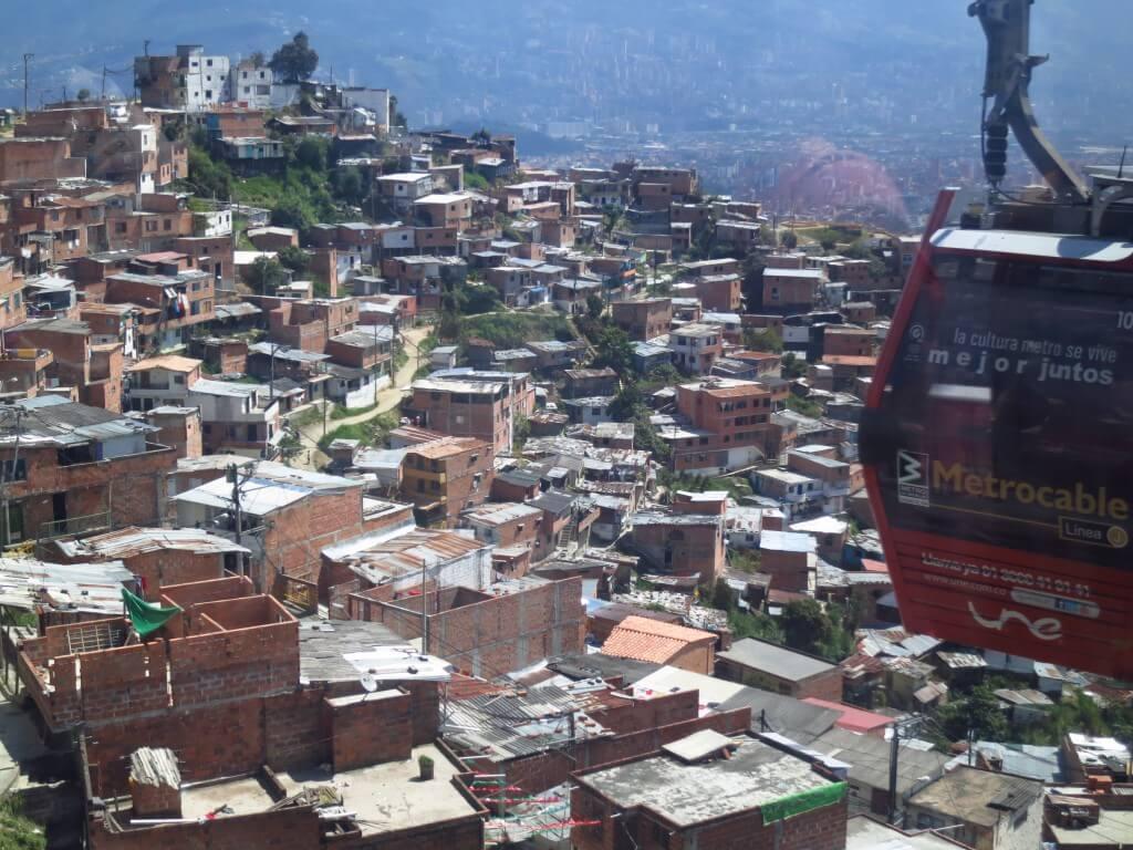 メデジンのスラム街 そこは貧富の差が歴然と現れる世界