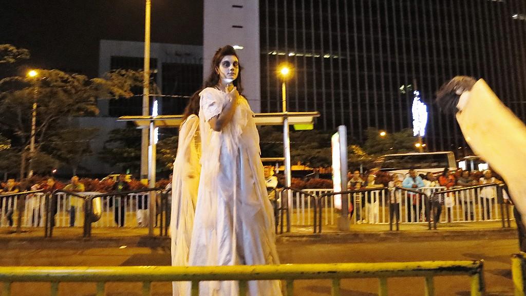 コロンビアの美女がいっぱいのメデジンのクリスマスパレードを紹介するよ