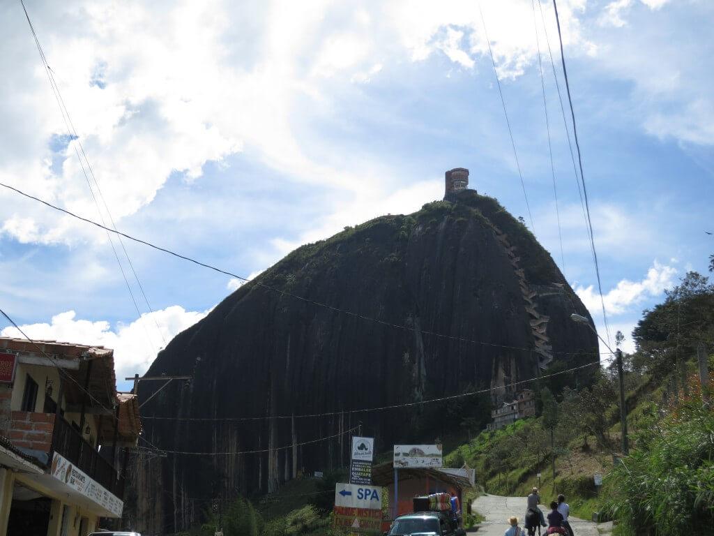 まずは巨大岩「ラ・ピエドラ・デル・ペニョール」へ!!