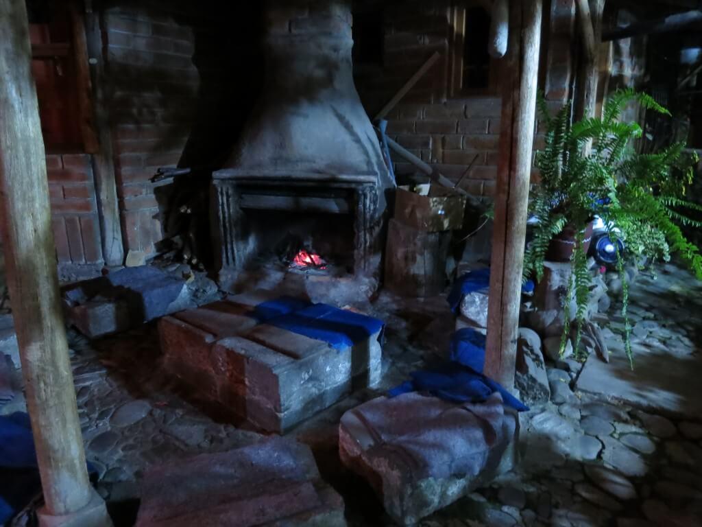 Hostal Valle del Amanecer 庭 暖炉 オタバロ エクアドル