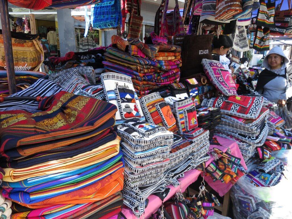 やっぱり南米、エクアドルまたはペルーのお土産といったら・・・カシミアに負けないアルパカ、製品!!